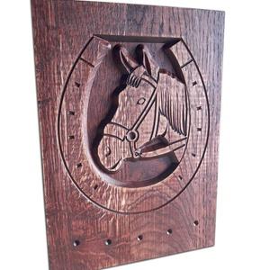 Fából készült lovas fali kulcstartó, Kulcstartó szekrény, Bútor, Otthon & Lakás, Famegmunkálás, Mérete: 25 x 18 cm\nAlapanyag: bükk vagy tölgyfa\n\nVálasztaható színek:\ntölgy, rusztikus tölgy, mahagó..., Meska