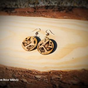 Kézműves fa fülbevalók, Ékszer, Fülbevaló, Lógós kerek fülbevaló, Ékszerkészítés, Gravírozás, pirográfia, Fából készült kézműves fülbevalók. Kézzel rajzolt és kézzel égetett, festett termékek. \nÁtmérőjük: 3..., Meska