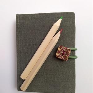 Fagombos zöld mininotesz, Jegyzetfüzet & Napló, Papír írószer, Otthon & Lakás, Könyvkötés, Újrahasznosított alapanyagból készült termékek, Olívazöld farmeranyag borítással, festett fagomb és zöld gumis záródással készült mininapló. \nElőnye..., Meska