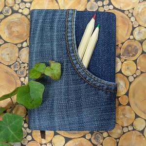 Első zsebes farmer notesz, Otthon & Lakás, Papír írószer, Naptár & Tervező, Könyvkötés, Kék farmeranyag borítással, zsebes napló, barna jelzőszalaggal.\nSzemélyre szabott ajándék lehet a zs..., Meska