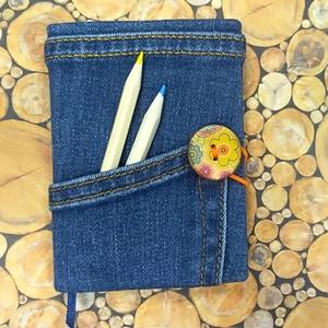 Fagombos, zsebes notesz, Otthon & Lakás, Papír írószer, Naptár & Tervező, Könyvkötés, Kék farmeranyagból készült, virágmintás festett fa gombos záródású, áthajtott zsebes napló, kék jelz..., Meska