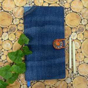 Háttáblán zsebes kék farmer notesz , Otthon & Lakás, Papír írószer, Jegyzetfüzet & Napló, Könyvkötés, Újrahasznosított alapanyagból készült termékek, Kék farmeranyag felhasználásval készített, hátsó táblán nagy zsebbel készült, fa gombbal és gumírozá..., Meska