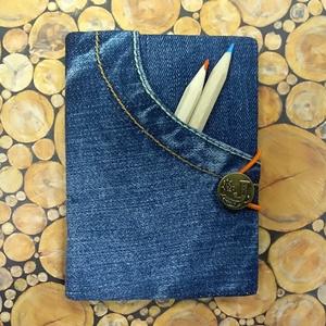 Első zsebes gombos farmer notesz, Otthon & Lakás, Papír írószer, Jegyzetfüzet & Napló, Könyvkötés, Újrahasznosított alapanyagból készült termékek, Kék, hímzett farmeranyag borítással, zsebes, gombos-gumis záródású farmer napló, barna jelzőszalagga..., Meska
