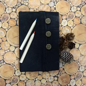 Zsebes fekete Lee farmer notesz, Otthon & Lakás, Papír írószer, Jegyzetfüzet & Napló, Könyvkötés, Újrahasznosított alapanyagból készült termékek, Fekete Lee farmeranyag borítással, első táblán gombos, hátsó táblán zsebes farmer napló.\nSzemélyre s..., Meska