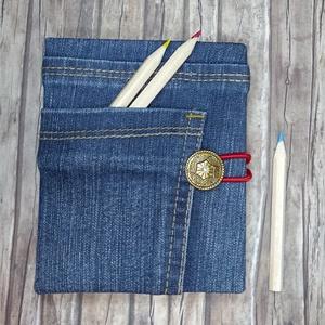 Halvány-csíkos zsebes farmer notesz , Otthon & Lakás, Papír írószer, Jegyzetfüzet & Napló, Könyvkötés, Újrahasznosított alapanyagból készült termékek, Kék farmeranyag felhasználásával készített, első táblára áthajtott zsebes, gombbal és gumírozással z..., Meska