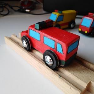 Tűzoltó parancsnoki jármű - favonatsín-kompatibilis, Gyerek & játék, Játék, Fajáték, Famegmunkálás, Tűzoltó parancsnoki jármű, méretben illik a favonatok síneihez, de önállóan is gurul. Egyedi készíté..., Meska