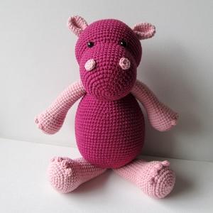 Heidi, a viziló, Gyerek & játék, Játék, Játékfigura, Horgolás, Heidi egy, állva 32 cm , ülve 25 cm magas ,sötét-pink és rózsaszín ,horgolt víziló-lány. A fonala pa..., Meska