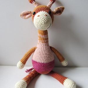 Csíkos Zsiri, Gyerek & játék, Játék, Játékfigura, Horgolás, A csíkos Zsiri  egy 36 cm magas (ülve 26 cm) horgolt zsiráf, aki jókedvűen tekint a világba, és várj..., Meska