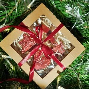 Karácsonyfadíszek ablakos dobozban, Otthon & lakás, Dekoráció, Ünnepi dekoráció, Karácsony, Karácsonyfadísz, Karácsonyi dekoráció, Kerámia, Kézzel készített kerámia karácsonyfadíszek takaros kis csomagban. A doboz mérete 12 x 12 x 2,5 cm. A..., Meska