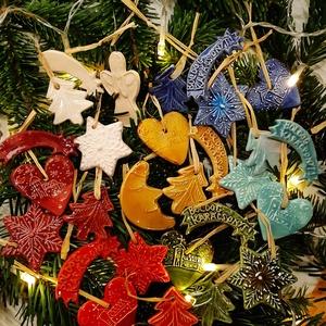 Karácsonyfadíszek ablakos dobozban, Otthon & Lakás, Kézzel készített kerámia karácsonyfadíszek takaros kis csomagban. A doboz mérete 12 x 12 x 2,5 cm. A..., Meska