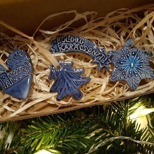 Karácsonyfadíszek zárt dobozban, Otthon & lakás, Dekoráció, Ünnepi dekoráció, Karácsony, Karácsonyfadísz, Karácsonyi dekoráció, Kerámia, Kézzel készített kerámia karácsonyfadíszek takaros kis csomagban. A doboz mérete 16 x 7,5 x 2,5 cm. ..., Meska