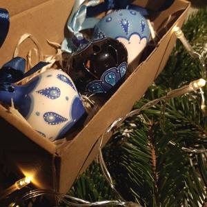 Gömbdíszek dobozban, Otthon & Lakás, Karácsony & Mikulás, Karácsonyfadísz, Kerámia, Három darab ünnepi gömbdísz szatén szalaggal, dobozba csomagolva.\nA csúcsos kerámia gömböket először..., Meska