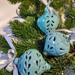 Gömbdíszek dobozban, Otthon & lakás, Dekoráció, Ünnepi dekoráció, Karácsony, Karácsonyfadísz, Karácsonyi dekoráció, Kerámia, Három darab ünnepi gömbdísz szatén szalaggal, dobozba csomagolva.\nA csúcsos kerámia gömböket először..., Meska