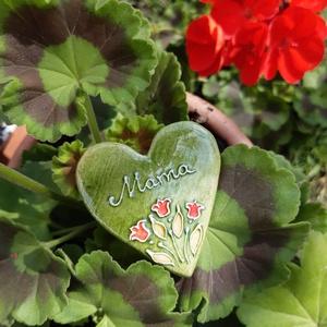 Hűtőmágnes anyák napjára, Művészet, Kerámia, Szív alakú, kerámia hűtőmágnes, tulipán mintával, mérete kb 5 cm. Anya, Mama, Keresztanya felirattal..., Meska