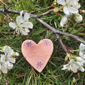 Hűtőmágnes anyák napjára, Művészet, Kerámia, Szív alakú, kerámia hűtőmágnes, virág mintával, mérete kb 5 cm. Anya, Mama, Keresztanya felirattal a..., Meska