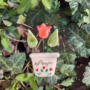 Anyák napi hűtőmágnes, Művészet, Kerámia, Anyák napi kerámia hűtőmágnes, soha el nem hervadó cserepes virág, mérete kb 6-7 cm. Anya felirattal..., Meska