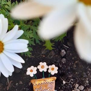 Anyák napi hűtőmágnes, Ruha & Divat, Kerámia, Anyák napi kerámia hűtőmágnes, soha el nem hervadó cserepes virág, mérete kb 6-7 cm. Anya felirattal..., Meska