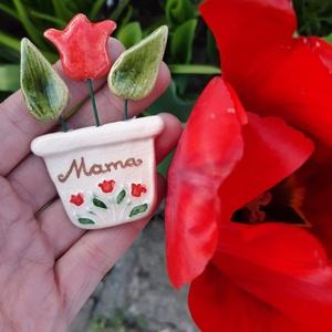 Anyák napi hűtőmágnes, Művészet, Kerámia, Anyák napi kerámia hűtőmágnes, soha el nem hervadó cserepes virág, mérete kb 6-7 cm. Mama felirattal..., Meska