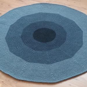Horgolt kerek szőnyeg 1., Otthon, lakberendezés, Lakástextil, Szőnyeg, Horgolás, Kézzel horgolt, kör alakú szőnyeg. Puha tapintású, formatartó, vastagsága 1-1,2 cm. Színe: acélkéke..., Meska