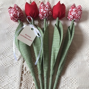 Tulipán /szett: 5 db/ Születésnapi ajándékkísérővel, Otthon & Lakás, Csokor & Virágdísz, Dekoráció, Egyedi textil TULIPÁNOK eladók.   A csokor 5 szál tulipánt tartalmaz:  - 2 piros  - 3 piros-fehér vi..., Meska