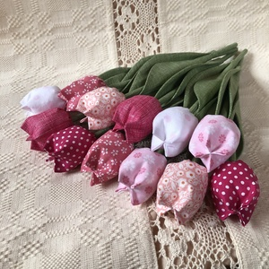Textil tulipán / szett: 12 szál/ ingyen ajándékkísérővel, Dekoráció, Otthon & lakás, Csokor, Varrás, Egyedi textil TULIPÁNOK eladók. \n\nA csokor 12 szál tulipánt tartalmaz:\n- rózsaszín\n- fehér árnyalato..., Meska