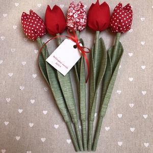Textil tulipán Ballagásos ajándékkártyával, Csokor & Virágdísz, Dekoráció, Otthon & Lakás, Varrás, Egyedi textil TULIPÁNOK eladók. \n\nA csokor 5 szál  tulipánt tartalmaz a képen látható összeállításba..., Meska
