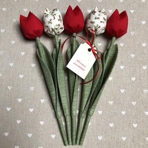 Nőnapi Textil tulipánok / szett: 5 db/ ingyen ajándékkísérővel, Otthon & lakás, Dekoráció, Csokor, Varrás, Egyedi textil TULIPÁNOK eladók. \n\nA csokor 5 szál tulipánt tartalmaz:\n- 3 piros\n- 2 ekrü-piros virág..., Meska