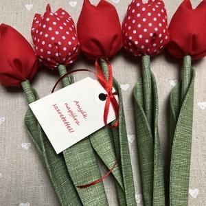 Anyák napi textil tulipánok / szett: 5 db/ ingyen ajándékkísérővel, Csokor & Virágdísz, Dekoráció, Otthon & Lakás, Varrás, Egyedi textil TULIPÁNOK eladók. \n\nA csokor 5 szál tulipánt tartalmaz piros árnyalatokban.\n\nGyönyörű ..., Meska