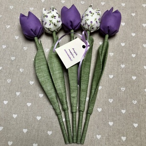 Anyák napi textil tulipánok / szett: 5 db/ ingyen ajándékkísérővel, Csokor & Virágdísz, Dekoráció, Otthon & Lakás, Varrás, Egyedi textil TULIPÁNOK eladók. \n\nA csokor 5 szál tulipánt tartalmaz lila árnyalatokban.\n\nGyönyörű d..., Meska