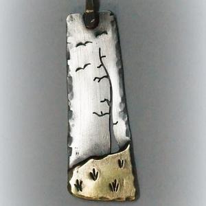 Fa...domb...madarak, Ékszer, Medál, A medálka alapja ezüst, bár a domb rézből készült. Magassága kb. 4 cm. , Meska