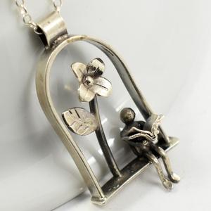 Ezüst virág alatt olvasgató angyalka, Ékszer, Medál,  Ezüstből készült ez a különleges medálka, Magassága kb 4 cm. , Meska