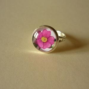 Lila virágos gyűrű(12 mm), ezüst színű, Ékszer, Gyűrű, Üveglencsés gyűrű, Ékszerkészítés, Nagyon kedves kis üveglencsés gyűrű rószaszínes lila virággal. A kép átmérője 12 mm.\n\nNikkelmentes, ..., Meska
