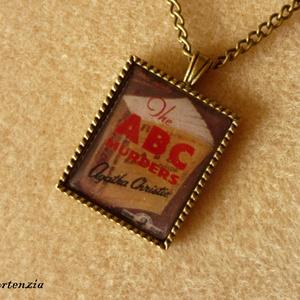 Agatha Christie: Az ABC gyilkosságok (bronz), Medálos nyaklánc, Nyaklánc, Ékszer, Ékszerkészítés, Agatha Christie regényének címlapját ábrázoló 22x27 mm-es képet fedtem üveg hatású matricával, majd ..., Meska