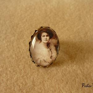 Márkus Emília - gyűrű 18x25 mm, üveglencsés, Ékszer, Gyűrű, Üveglencsés gyűrű, Ékszerkészítés, Márkus Emília, a Szőke Csoda portréja üveglencse alatt, állítható bronz foglalatban.\n\nNikkelmentes g..., Meska