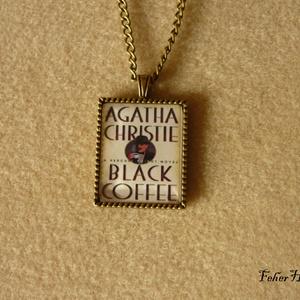 Agatha Christie: Feketekávé (nyaklánc), Medálos nyaklánc, Nyaklánc, Ékszer, Ékszerkészítés, Agatha Christie regényének címlapját ábrázolja a 22x27 mm-es kép. Epoxi matricával készült, üveglenc..., Meska