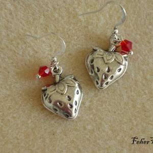 Eper fülbevaló, Ékszer, Fülbevaló, Lógó fülbevaló, Ékszerkészítés, Piros, áttetsző cseh üveggyönggyel díszítettem ezt az antik ezüst színű, eper alakú charmot. Hátul ü..., Meska