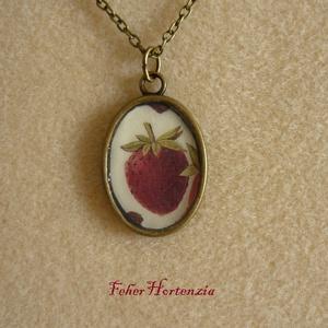 Epres nyaklánc (bronz, 18 x 25 mm-es kép, ovális), Ékszer, Nyaklánc, Medálos nyaklánc, Ékszerkészítés, A nyarat idézi ez az epres kép, ovális medálba helyezve üveg hatású bevonattal. Gyümölcsmintás papír..., Meska