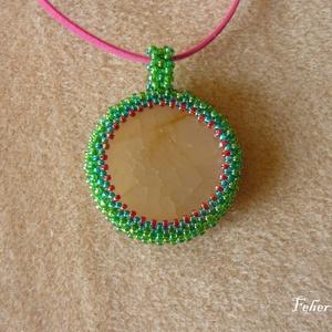 Achát medál színes gyöngyökkel és lilás rózsaszín szíjjal (3,5 cm-es) - ékszer - nyaklánc - medálos nyaklánc - Meska.hu