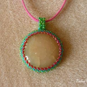 Achát medál színes gyöngyökkel és lilás rózsaszín szíjjal (3,5 cm-es) - Meska.hu