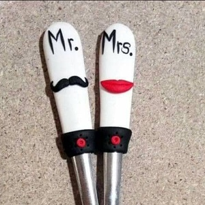 Mr. és Mrs. bajusz és száj páros kanál, Esküvő, Szerelmeseknek, Ünnepi dekoráció, Dekoráció, Otthon & lakás, Konyhafelszerelés, Gyurma, Mert párosan szép az élet :-)\nHiszen nincs jobb annál mikor reggelente közösen kávézhatunk kedvenc k..., Meska
