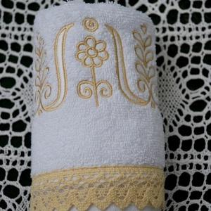 Fehérnép hímzett kéztörlője 30x50 fehér-bézs, Törölköző, Fürdőszoba, Otthon & Lakás, Hímzés, Varrás, Készen vásárolt, puha frottírból készült kistörölköző alap, melyet szépséges kalotaszegi tulipánsorr..., Meska