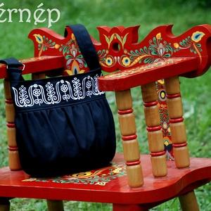 Kalotaszegi Szépasszony buggyos táskája (fekete-fehér), Táska, Táska, Divat & Szépség, Válltáska, oldaltáska, Magyar motívumokkal, Hímzés, Varrás, Világok Virágai - Fehérnép\n\nMunkaruhavászonból, tartós béléssel készült. Vállpántja hosszan állíthat..., Meska
