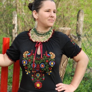 Rábaközi Fehérnép szalagos blúza - fekete RU, Magyar motívumokkal, Táska, Divat & Szépség, Női ruha, Ruha, divat, Blúz, Hímzés, Varrás, Csillagszemű magyar asszonyok, hölgyek szépségének emelésére készítettük.\n\nBüszkék vagyunk arra, hog..., Meska