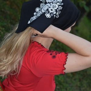 Őszi kendő fekete - Sárköz, Táska, Divat & Szépség, Magyar motívumokkal, Ruha, divat, Sál, sapka, kesztyű, Kendő, Mindenmás, Festett tárgyak, Tiszta pamutanyagból, készen vásárolt háromszögletű nyaksál, kendő a hűvös, őszies időkre.\nKellemese..., Meska