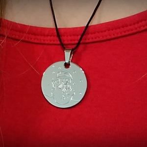 Hóemberes nyaklánc, Ékszer, Nyaklánc, Medálos nyaklánc, Ékszerkészítés, Gravírozás, pirográfia, Rozsdamentes acélból készült, polírozott, fényes, tükröződő felületű medál.\nA medál felülete lehet ü..., Meska