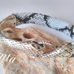 kígyó karkötő, Gyöngyös karkötő, Karkötő, Ékszer, Ékszerkészítés, Horgolás, Antik ezüst kígyófejes csattal készült és 11/0 kásagyöngyből horgolt kígyómintás karkötő. \nA gyöngyö..., Meska