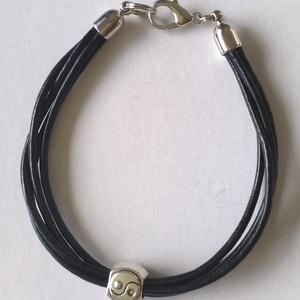 YIN - YANG bőrszálas karkötő, Ékszer, Karkötő, Karkötő medállal, Gyöngyfűzés, gyöngyhímzés, Ez a Yin-Yang karkötő több fekete bőrszálra fűzött yin-yang köztessel készült. Ezüst végzáró és kapo..., Meska