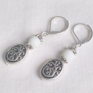 Fehér és antik ezüst mintás fülbevaló, Ékszer, Lógó fülbevaló, Fülbevaló, Ékszerkészítés, Gyöngyfűzés, gyöngyhímzés, Meska