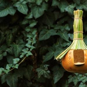 Lopótökből készült madáretető gomba beszállòval , faragott virágokkal ,gyékény tetővel - Meska.hu