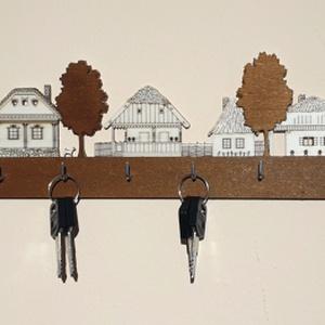 """Falusi házikós fali kulcstartó \""""skanzen\"""", 6 akasztós, Otthon & lakás, Dekoráció, Lakberendezés, Famegmunkálás, Mindenmás, 6 akasztós fali kulcstartó, 24cm széles. Natúr és pácolt rétegelt lemezből készül, a kampók horganyz..., Meska"""